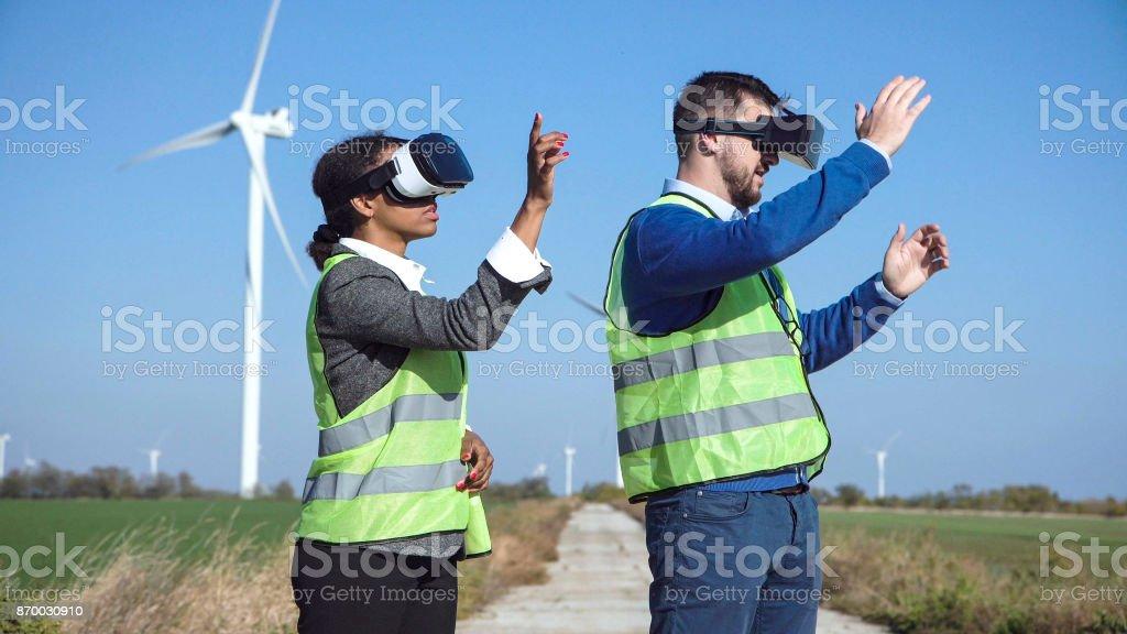 Zwei Wind-Bauernhof-Ingenieure in Googles virtuelle Realität – Foto