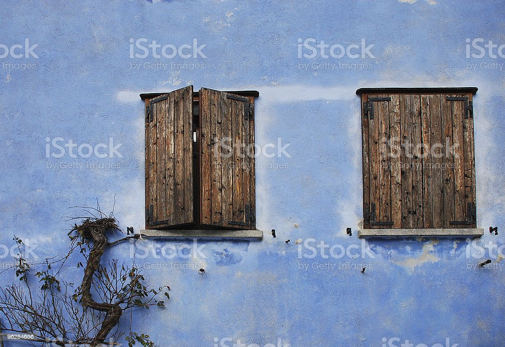 Duas janelas na parede azul, Topolo - Foto de stock de Antigo royalty-free