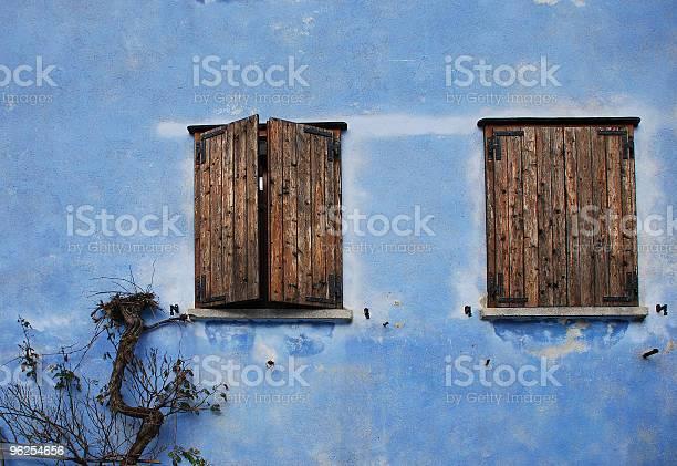 Foto de Duas Janelas Na Parede Azul Topolo e mais fotos de stock de Antigo