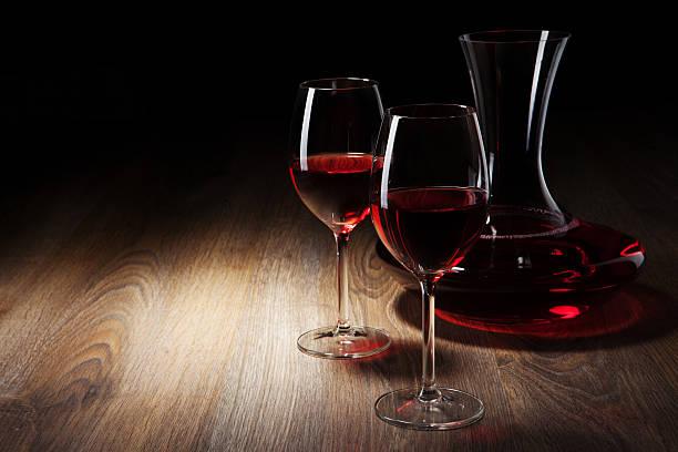 Zwei Wein Glas und decanter auf einem Holztisch – Foto