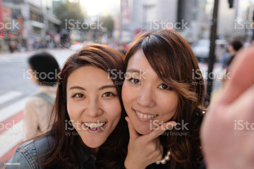 1105d321ef3e35 Zwei Frauen Gesichter zu sammeln und unter Selfie auf der Straße von  Shibuya Lizenzfreies stock-
