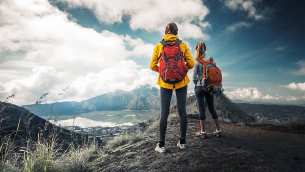 excursionista de dos mujeres - mochilero fotografías e imágenes de stock