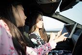 車の中で 2 つの女性