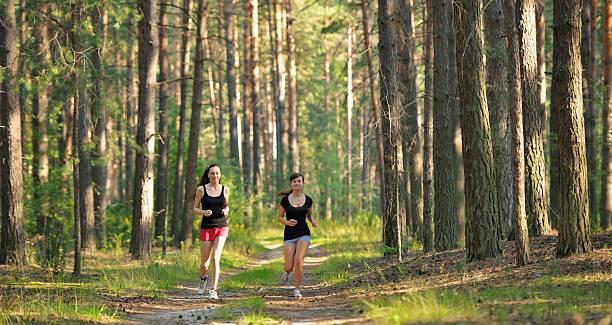 Cтоковое фото Две женщины, бег в лесу