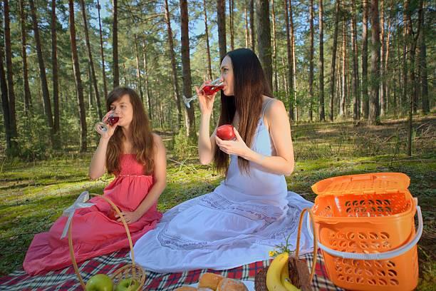 Cтоковое фото Две женщины расслабиться на Пикник