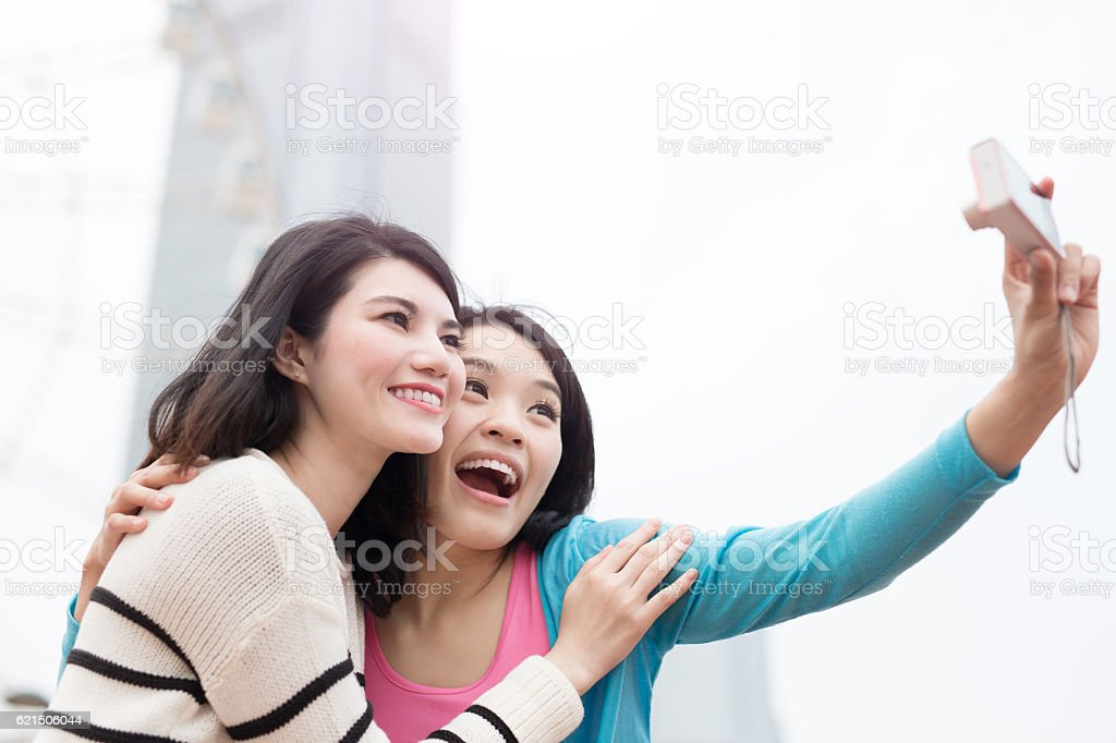two woman selfie in hongkong photo libre de droits