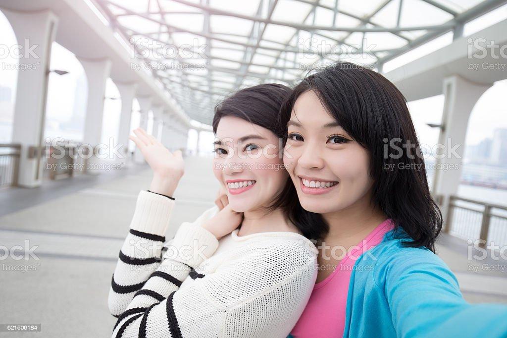 two woman selfie in hongkong Lizenzfreies stock-foto