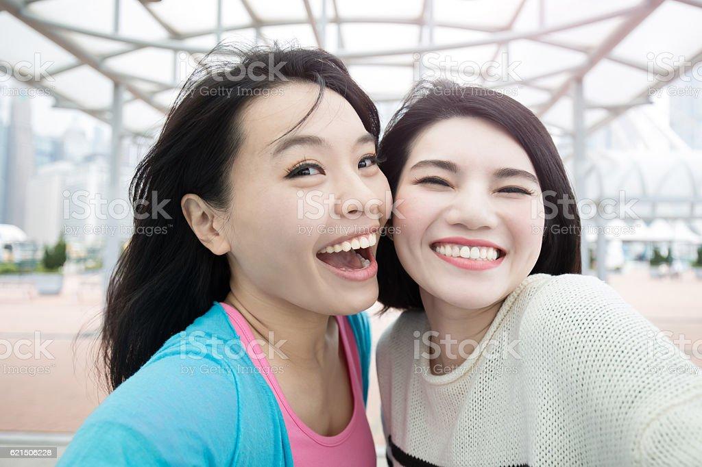 two woman selfie in hongkong photo libre de droits