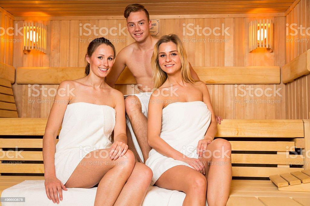 zwei frauen und ein mann posieren in der sauna stock. Black Bedroom Furniture Sets. Home Design Ideas