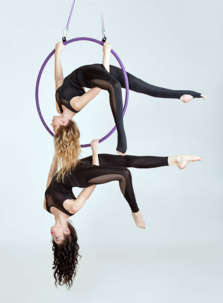 zwei frauen sind equilibrist. - trapez stock-fotos und bilder
