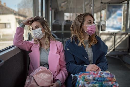 Twee Vrouwen Bij Openbaar Vervoer Tijdens Virusepidemie Stockfoto en meer beelden van 2020