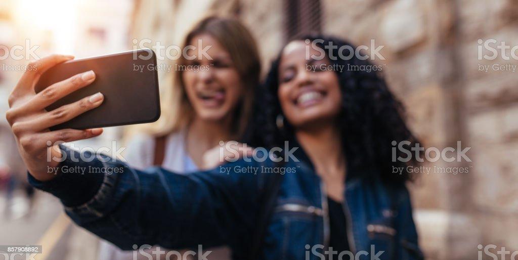 Zwei Frauen auf einem Selfie im freien – Foto