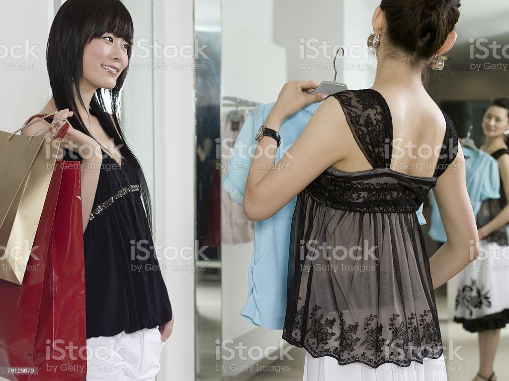 두 여자대표 의복 쇼핑 royalty-free 스톡 사진