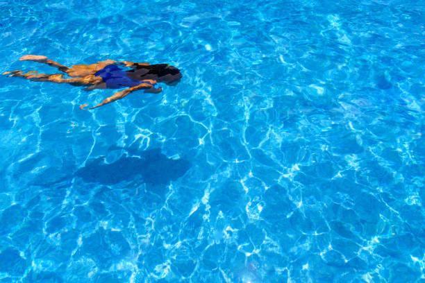 Zwei Frauen tauchen in einem Schwimmbad – Foto