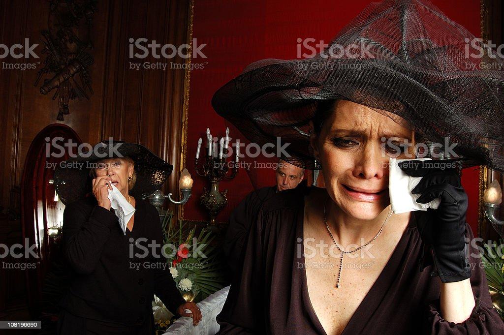 Zwei Frauen in Schwarz und Weinen in Begräbnis – Foto