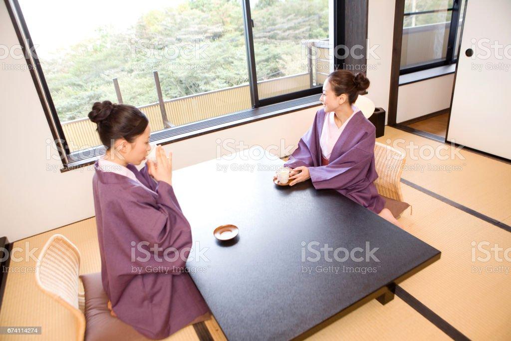 兩個女人在酒店喝下午茶 免版稅 stock photo