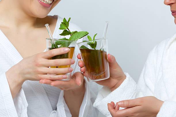 Two women drinking tea foto