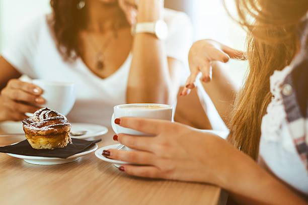 2 つの女性の友人のバー - 談笑する ストックフォトと画像