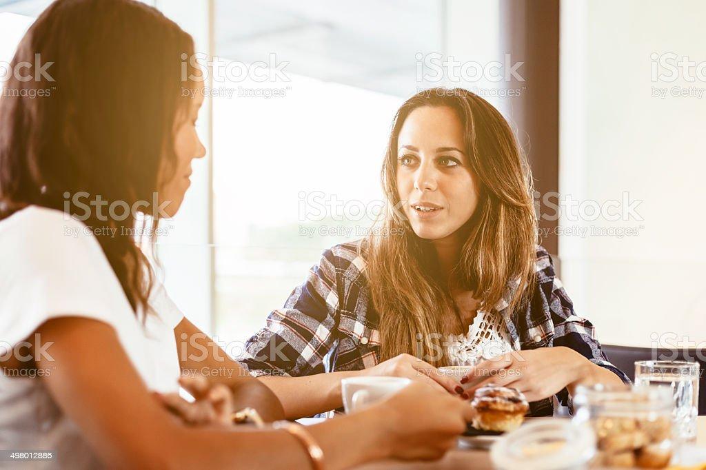 Zwei Frauen Freunden in