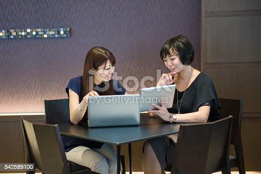 589445574 istock photo Two women having a business meeting 542589100