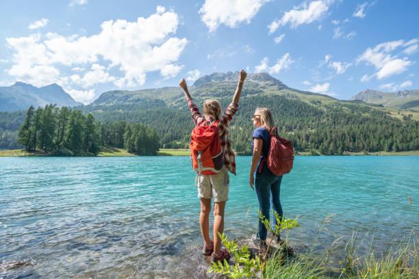 Zwei Frauen Wandern stehen zu einem Bergsee erwägt die schöne Natur-Shot in der Schweiz – Foto