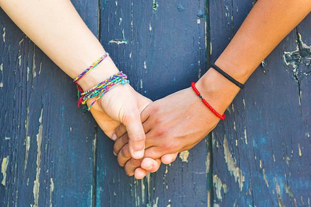 Dos mujeres agarrar de la mano - foto de stock