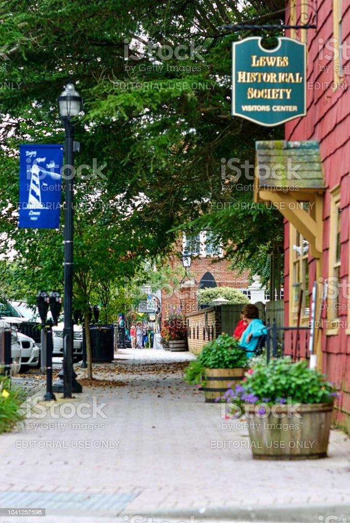 Duas mulheres, Lewes, Delaware, Ryves Holt casa - foto de acervo