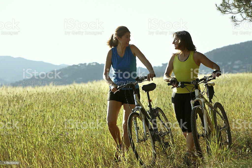Zwei Frauen auf einem Fahrrad – Foto