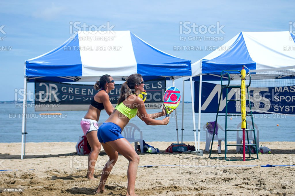 Two women playing the beach tennis on the beach - foto stock