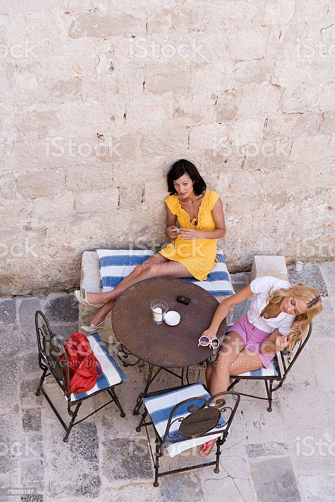 2 つの女性のラウンジで、カフェのテーブル ロイヤリティフリーストックフォト