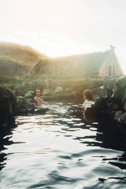 Zwei Frauen, die die Bad in heißen Quellen – Foto