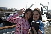 Selfie を取って二人の女性