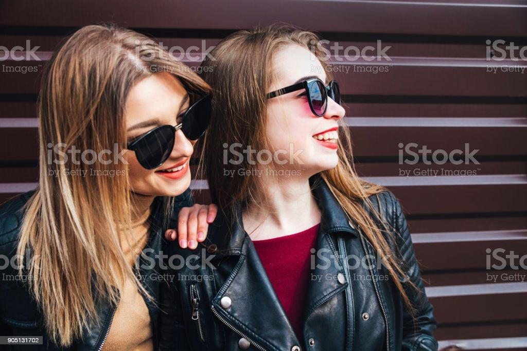 44aaef615d Zwei Frauen reden in der Stadt. Outdoor-Lifestyle Portrait der zwei besten  Freunde Hipster