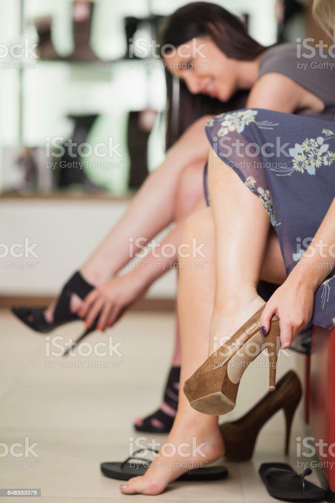 Dos Mujeres Probandose Zapatos Foto de stock y más banco de