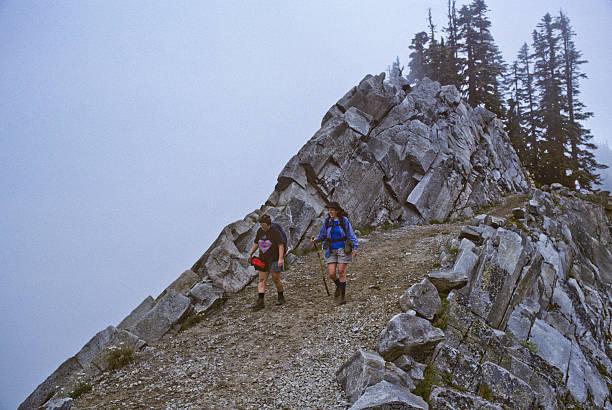 zwei wanderer zu fuß die pacific crest trail im nebel - pacific crest trail stock-fotos und bilder