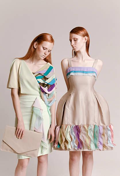 zwei frauen, die haute couture - exklusive mode stock-fotos und bilder