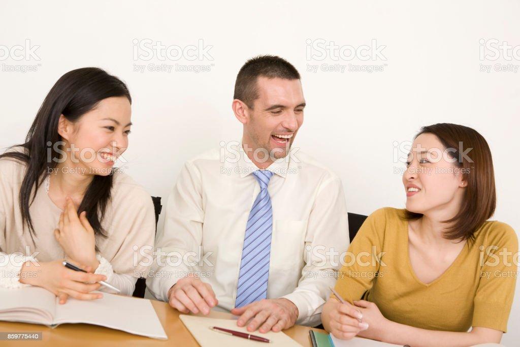 教師として外国人に英語を教える 2 人の女性 ストックフォト