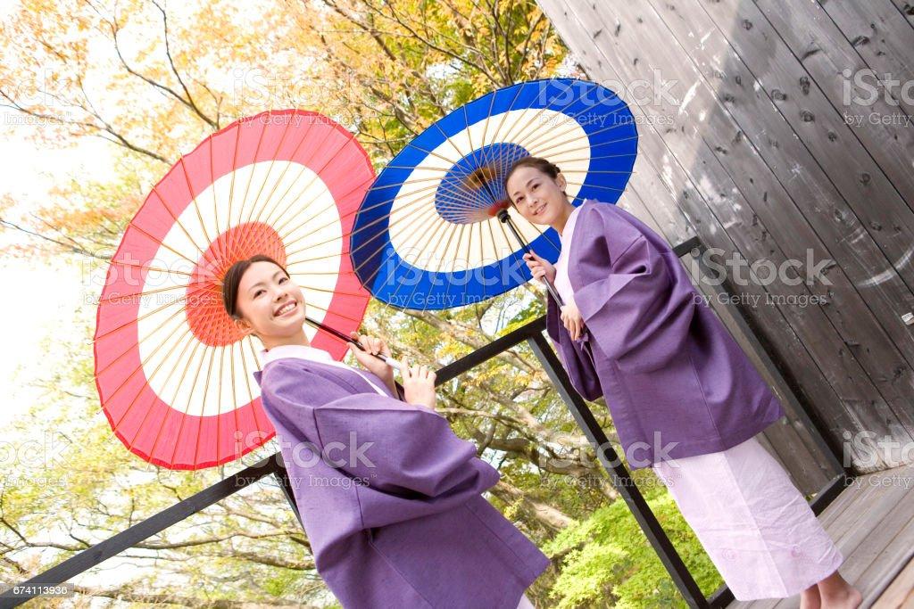 兩個女人與輪笠 免版稅 stock photo