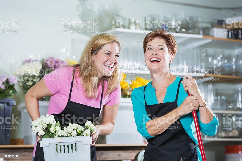 Dos mujeres trabajando en la tienda de flores Delantales de uso - foto de stock