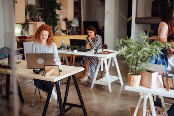 Zwei Frauen, die im Shared Space Office arbeiten – Foto