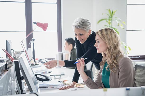 Deux femmes travaillant sur ordinateur de bureau moderne - Photo