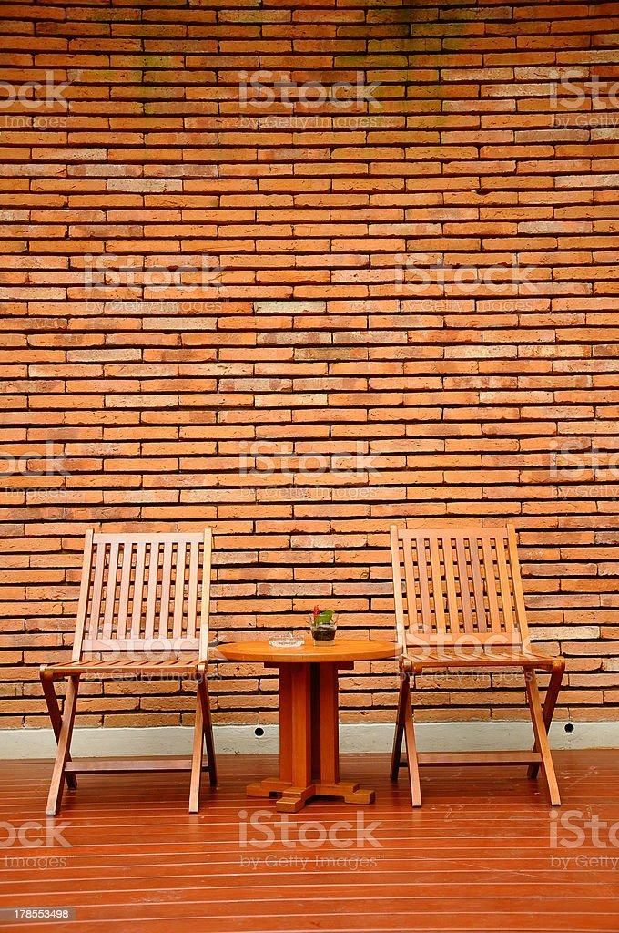 Sedie In Legno Per Alberghi.Due Sedie In Legno Con Sfondo Di Muro Di Mattoni Rossi Bello