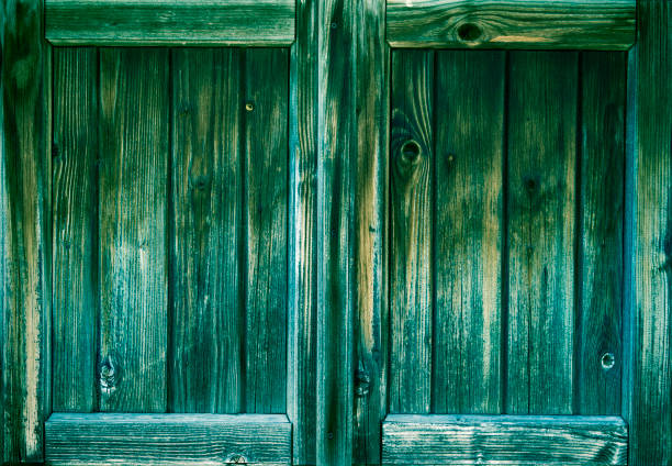 zwei hölzerne fensterläden in grün - hofladen stock-fotos und bilder