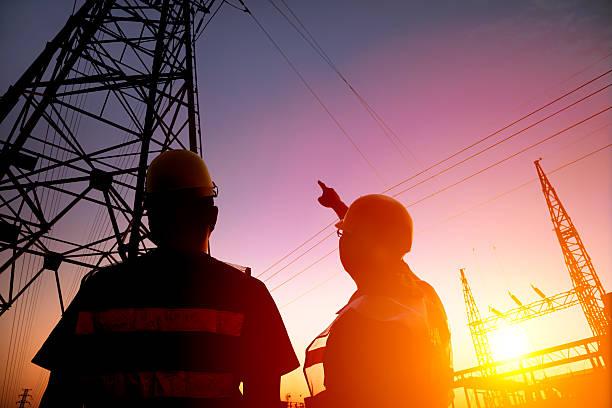 2 つの作業者をご覧になるには、電源タワーと substation - 電気部品 ストックフォトと画像