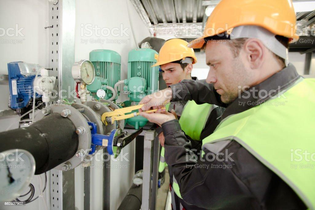 Zwei Arbeiter, die Fixierung der Rohre – Foto