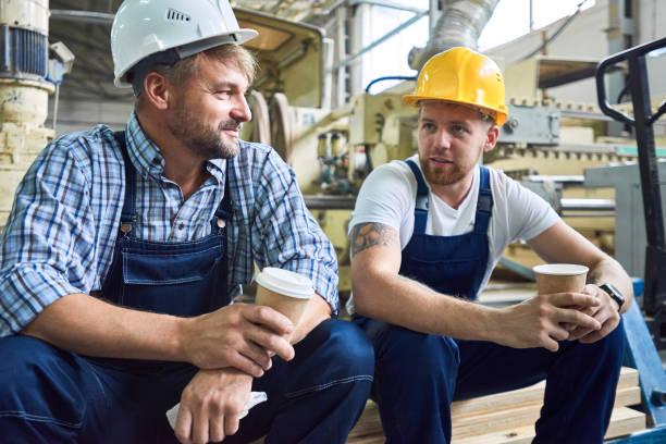 two workers on coffee break - fare una pausa foto e immagini stock