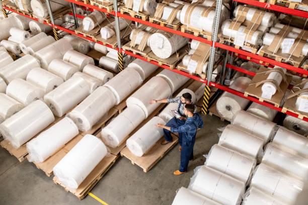 Zwei Arbeiter entscheiden, welcher Teil der neuen Produktion verkauft werden darf – Foto