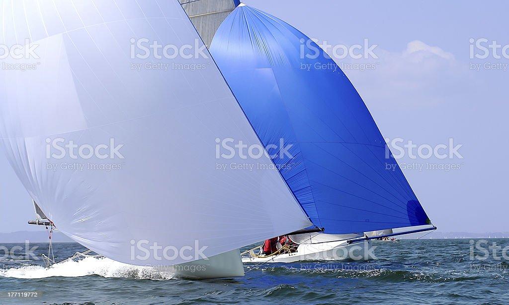 Zwei yacht mit spinnaker in der regatta – Foto
