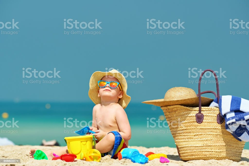 Two year old toddler playing on beach - Royalty-free Alegria Foto de stock