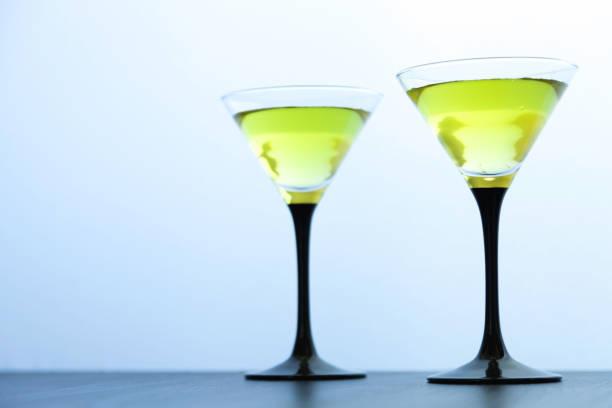 dos copas amarillas de cócteles en blanco - foto de stock